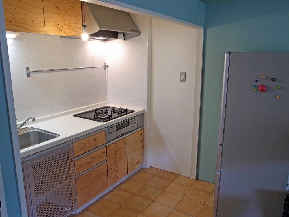 扉を全て構造用合板に変更したキッチン