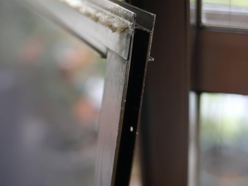 網戸サッシ。溝枠の内側は幅12mm、高さ23mm。