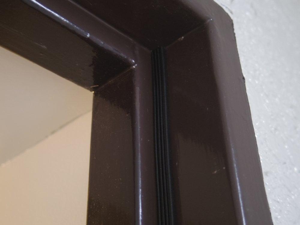 ちょうど、ドアが収まる四方の枠に貼っていきます。