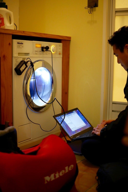 洗濯乾燥機のメンテナンス中の様子