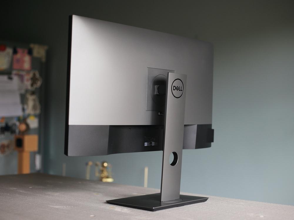 Dell4Kモニター27インチ(U2720QM)の背面