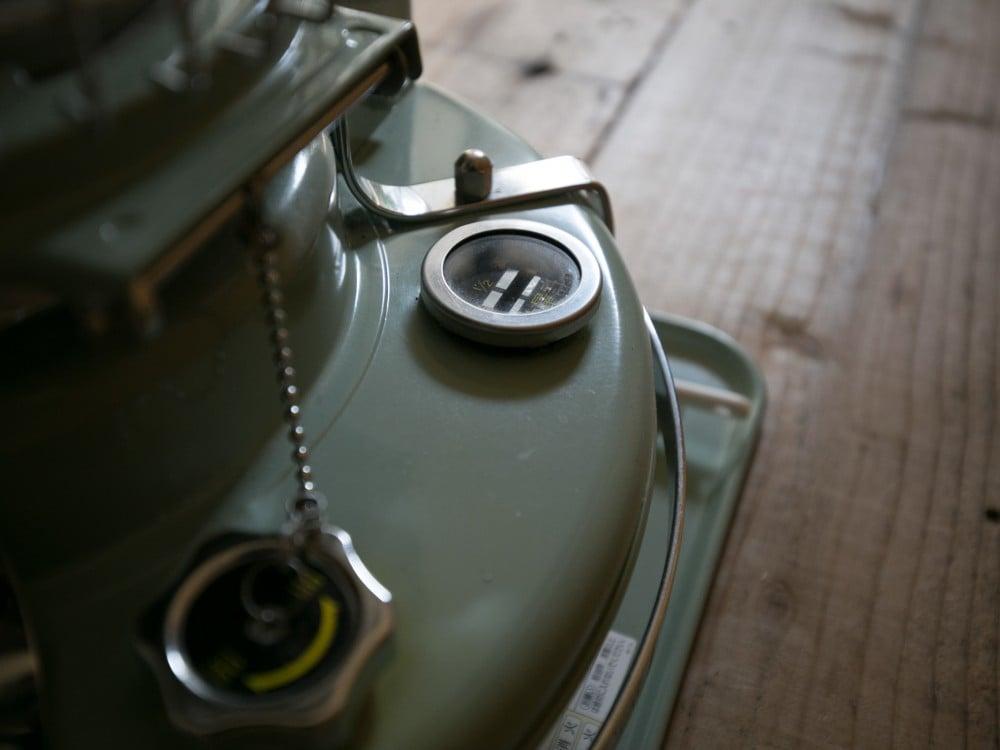 アラジンストーブの給油口と油量計