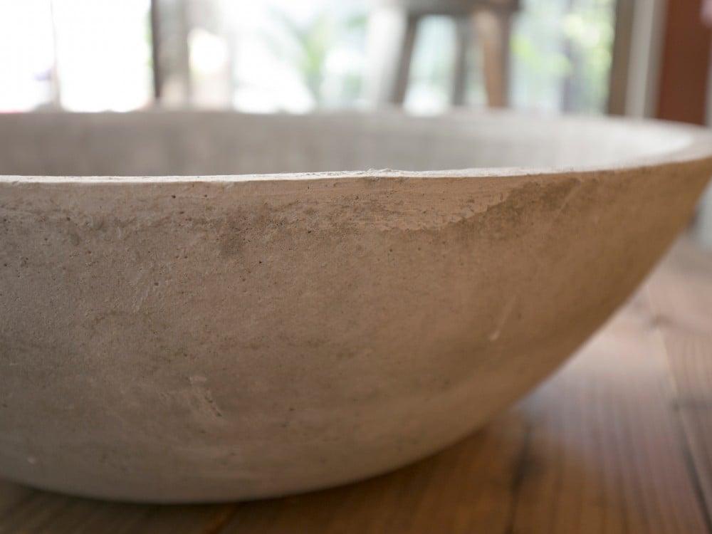 モルタルの水鉢の表面