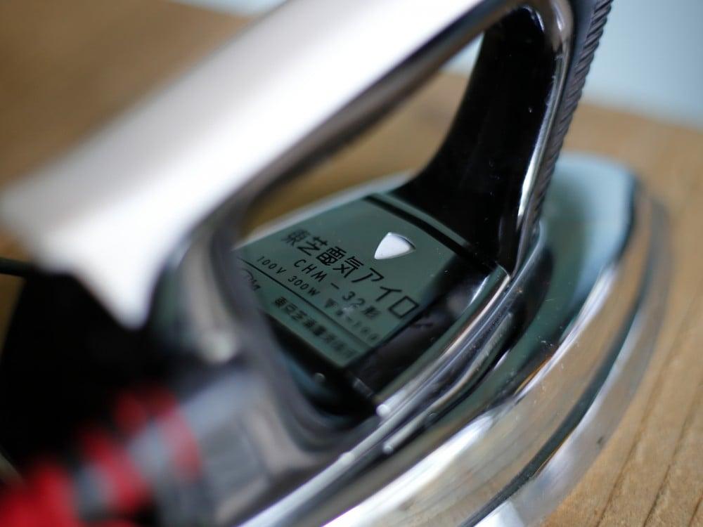 東芝のヴィンテージ電気アイロンのロゴ