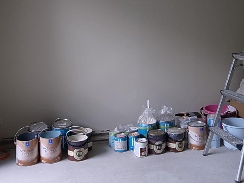 壁の塗装に使ったペイント缶