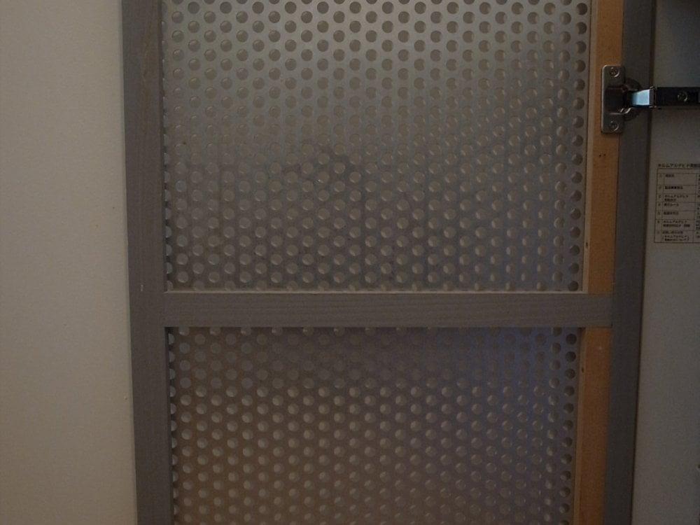 パンチングメタルのキッチンの扉