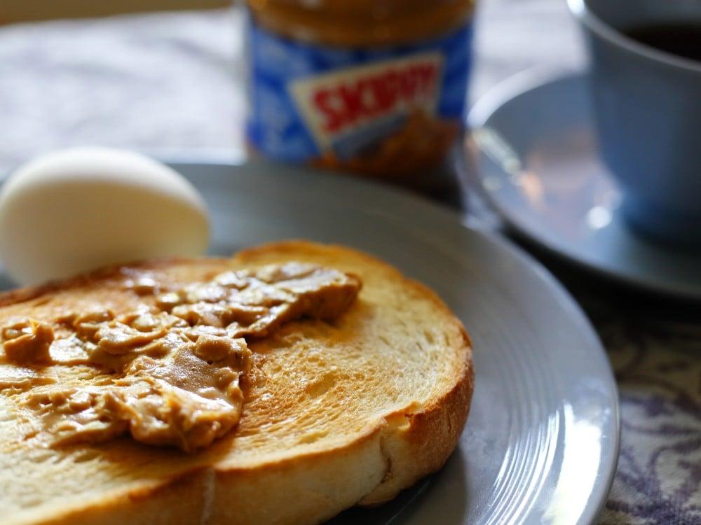 ピーナッツバターをぬった食パン