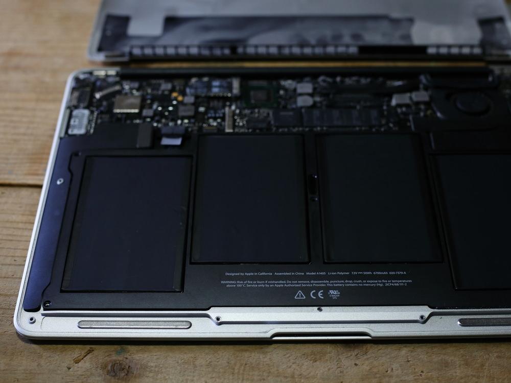 新しいバッテリーを装着したMacBook Air