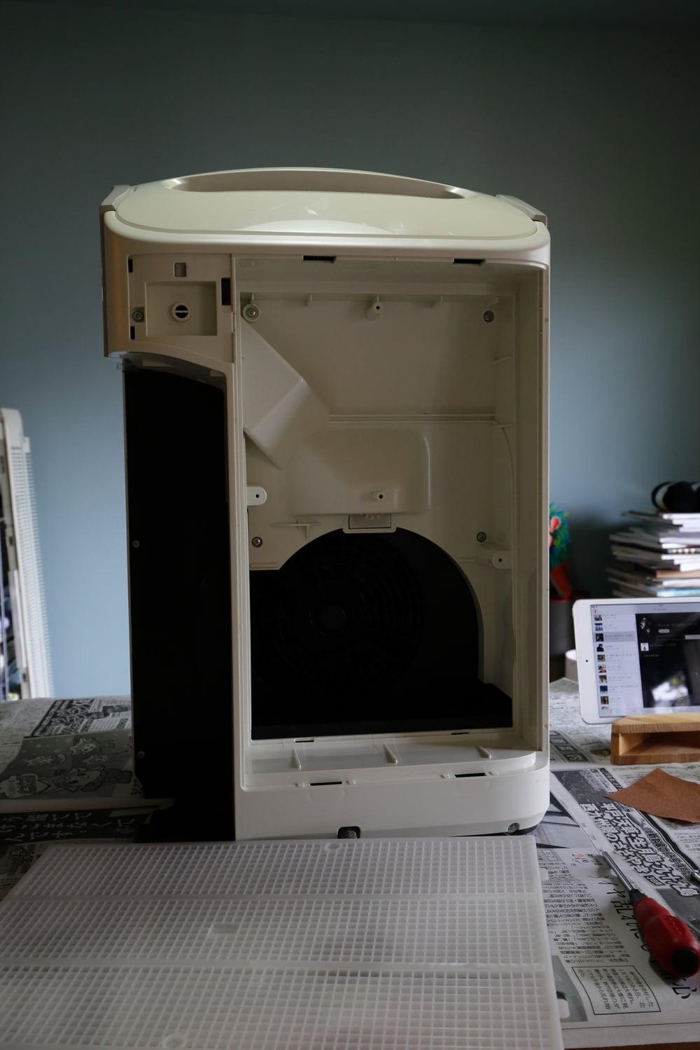 空気洗浄器の後面(メッシュを外したところ)