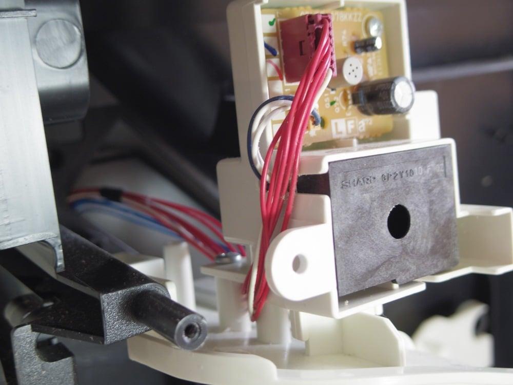 空気清浄機の本体上面のほこりとニオイを感知するセンサー基盤