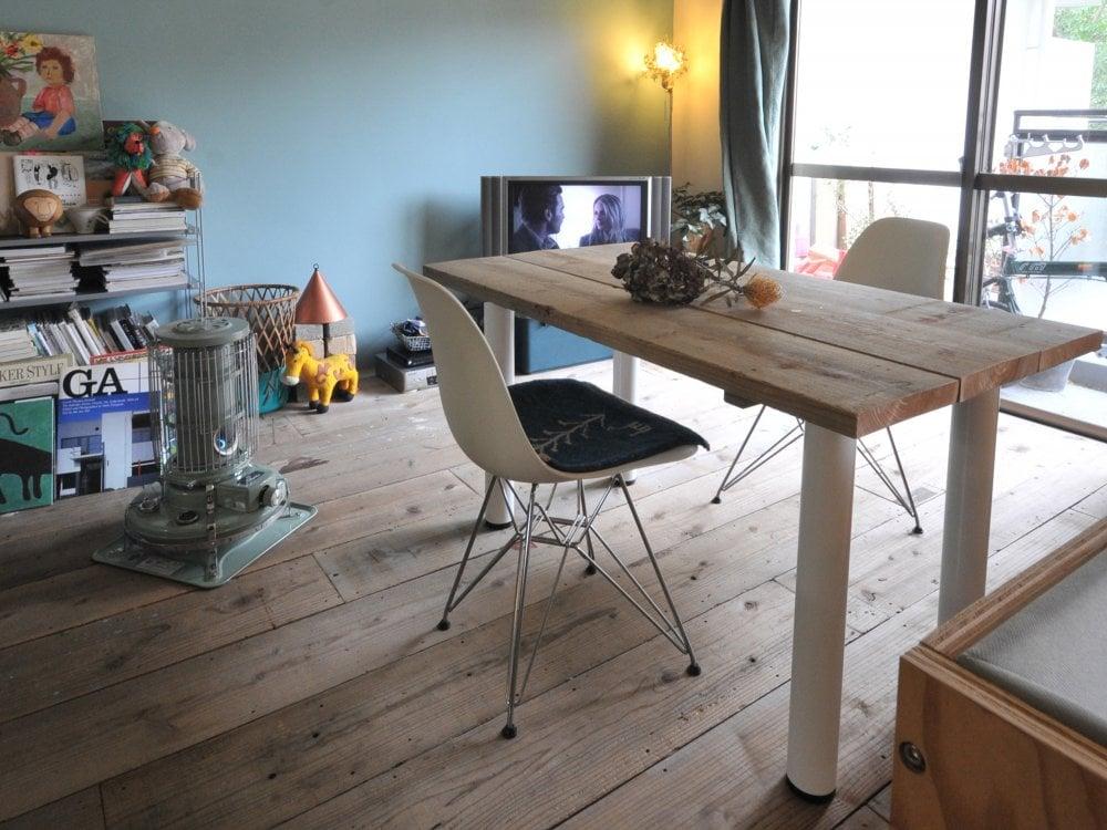 足場板のダイニングテーブルとイームスの椅子