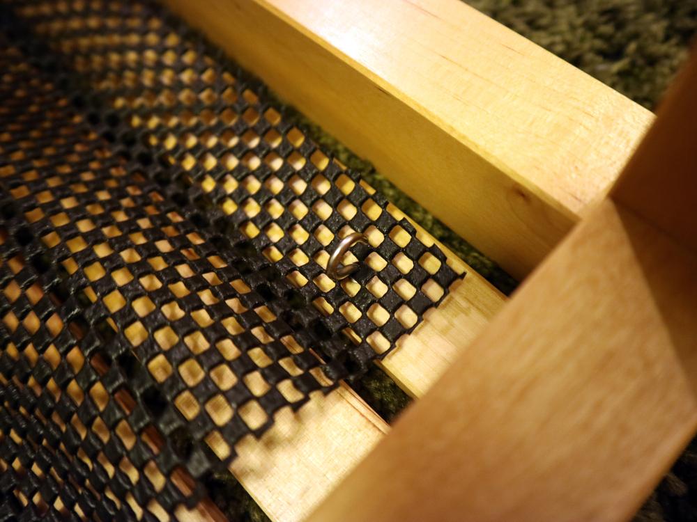 金具に滑り止めマットを取り付け。