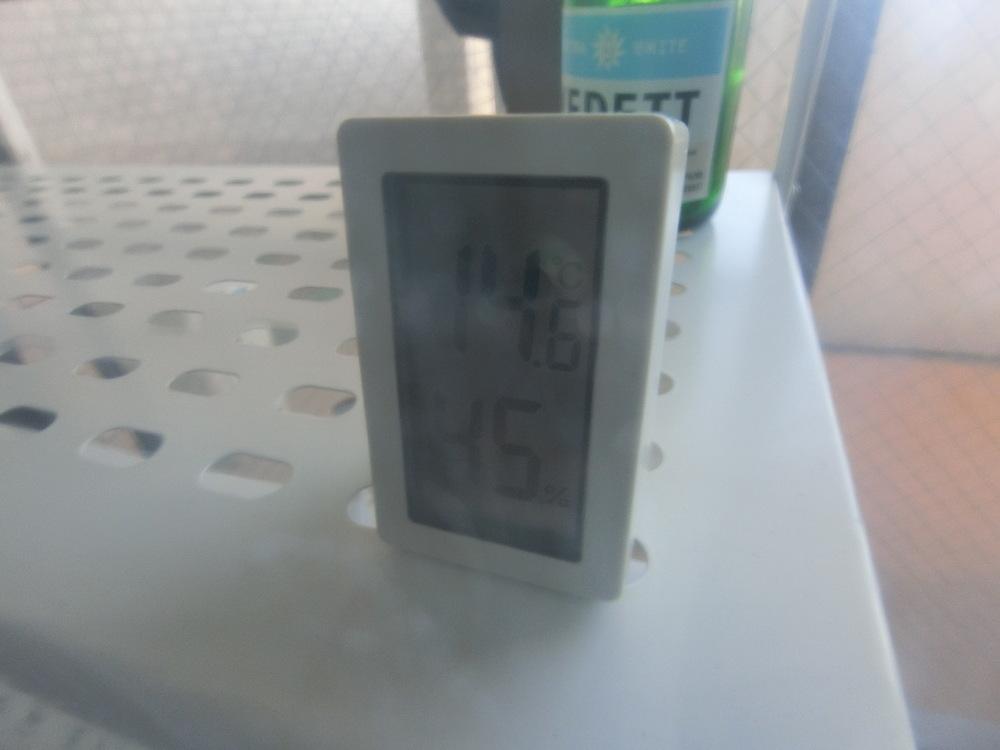 カーテンの外側へ気温計を移動すると…