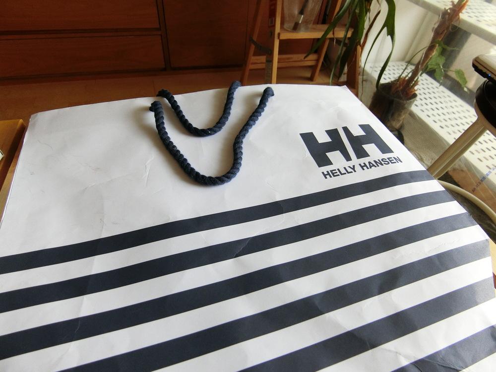 ヘリーハンセンの紙袋を使って。