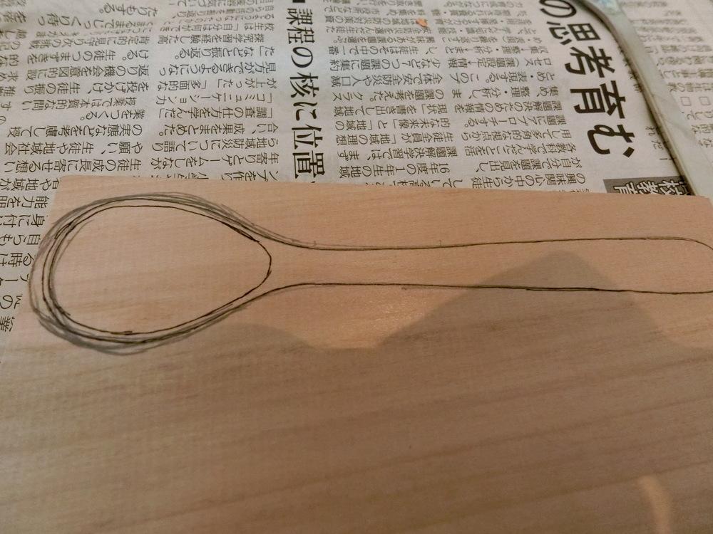 鉛筆の上からペンでなぞります。