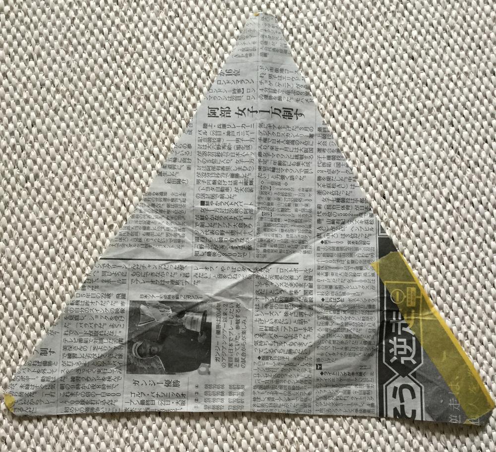 新聞紙で型紙を作りました。