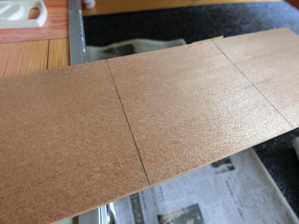 作業開始。8cm×8cmにするためカット位置に印を付けます。