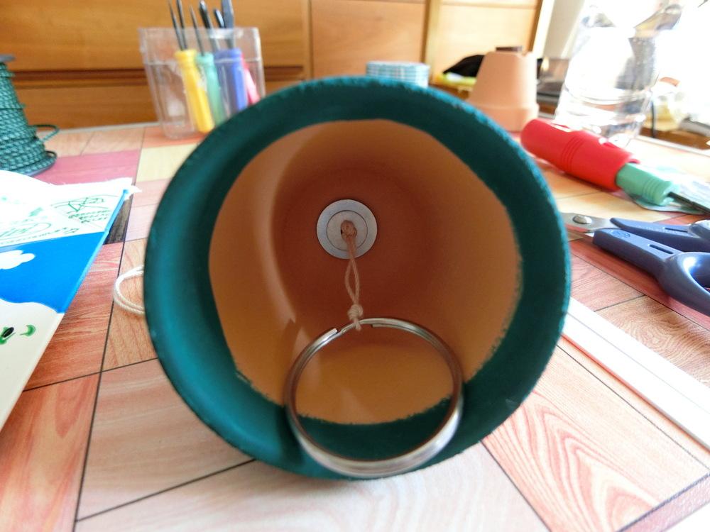 キーリングが植木鉢に当たるように位置を調整