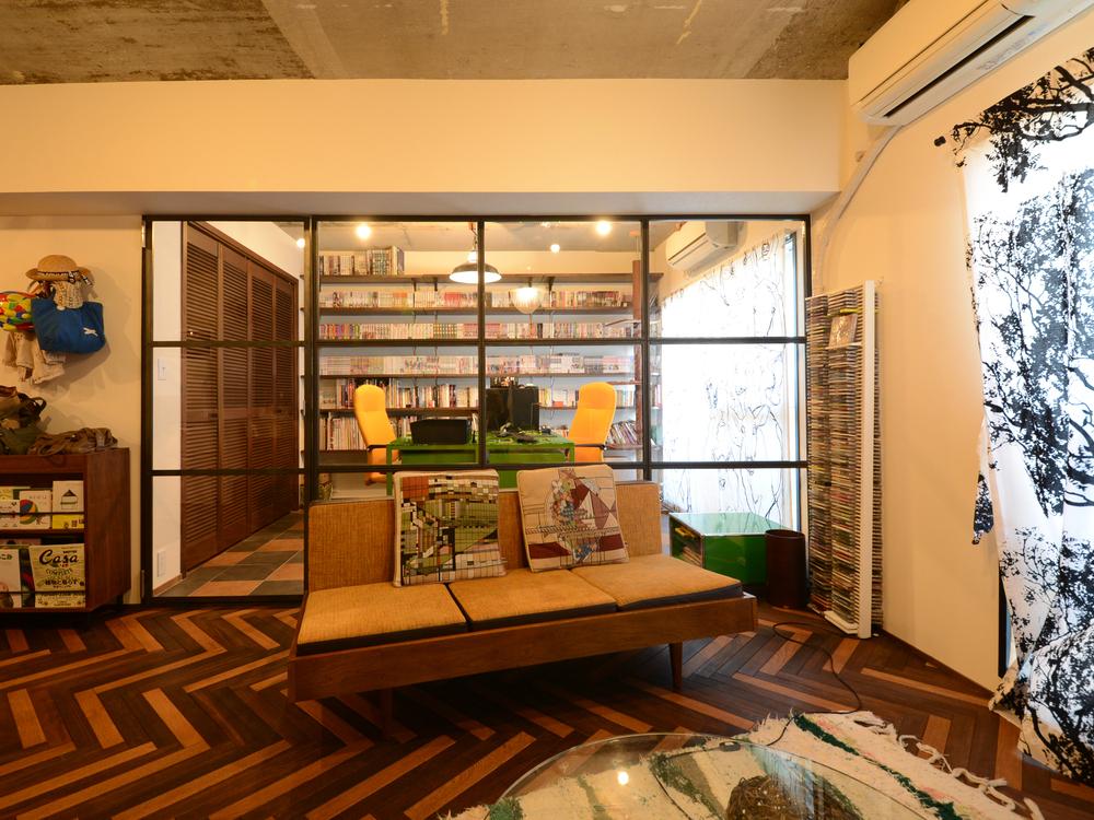 壁一面をアイアンの室内窓にし、扉も同じデザインを踏襲した事例