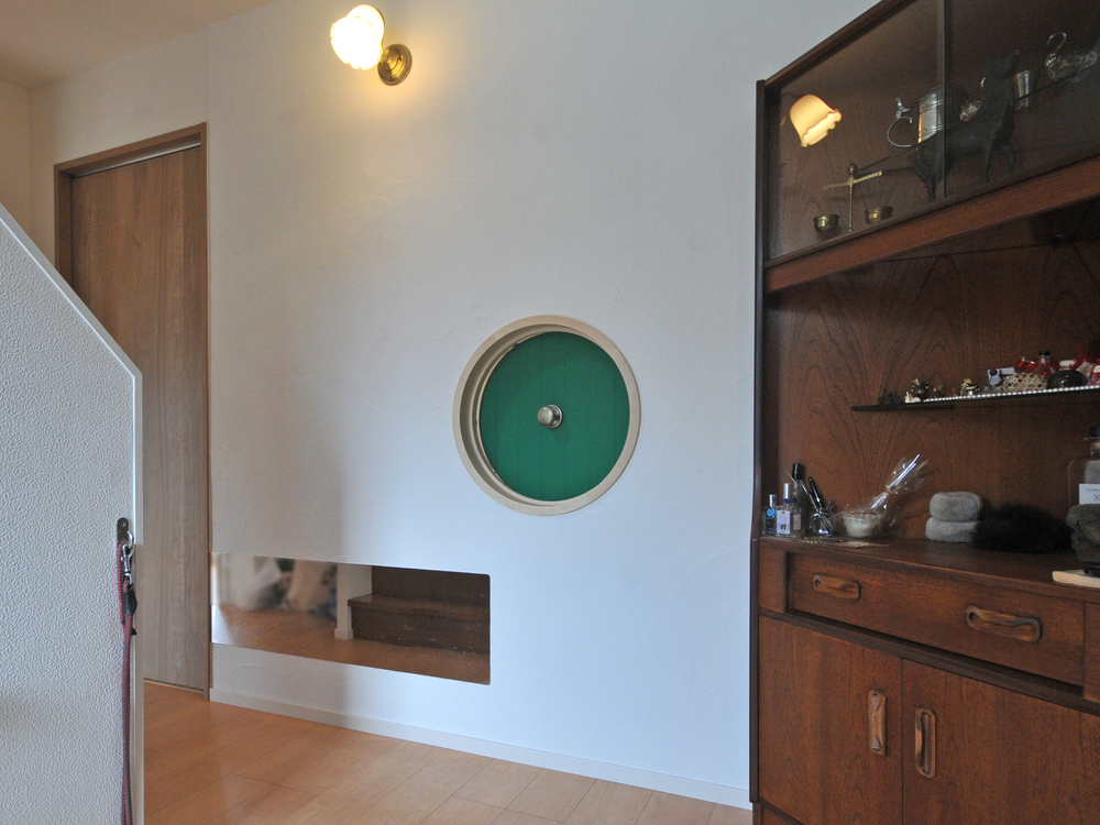 ホビットの扉をイメージした室内窓