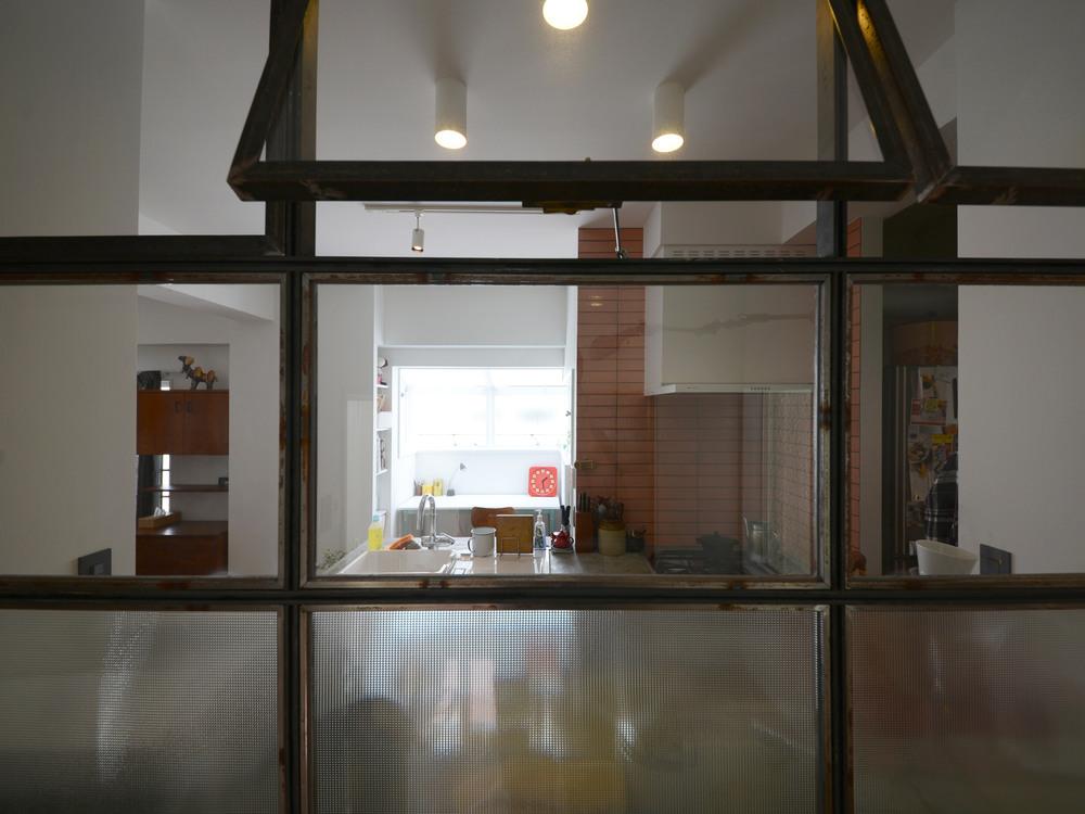 一番下に型ガラス、その他は透明ガラスを使った窓。アイアン製