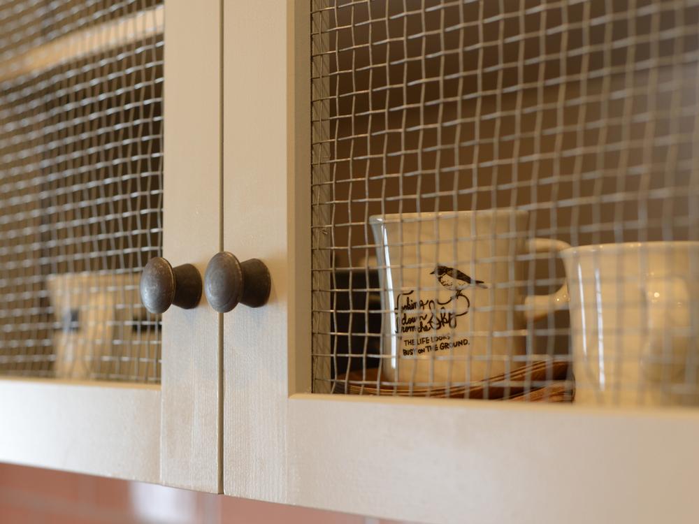 ガラスの代わりに金網を入れた戸棚