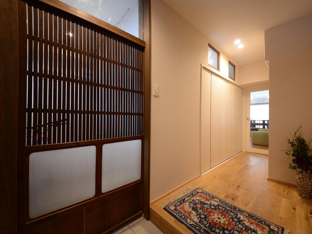アンティークの扉で玄関と土間を仕切っています。