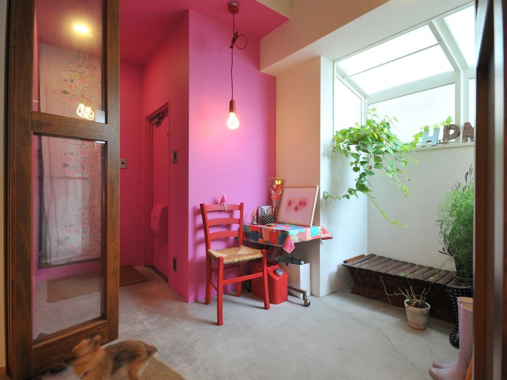 ピンク色の壁が特徴