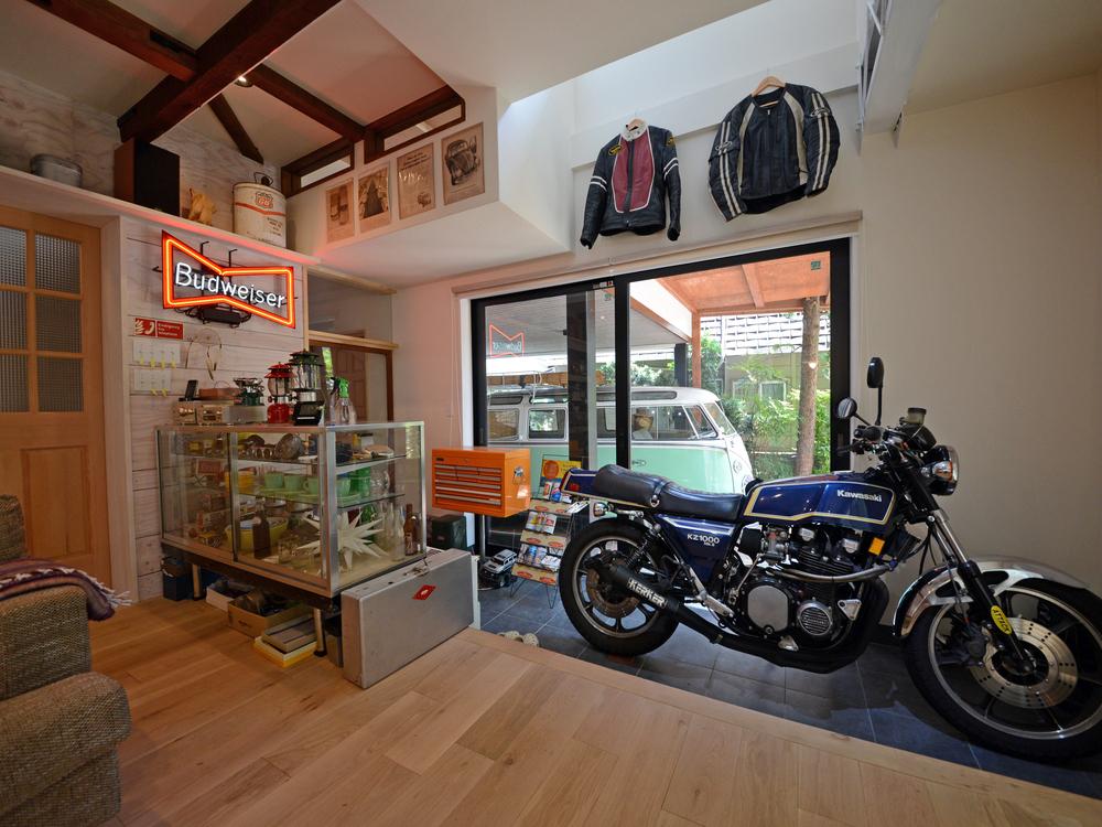リビングからお気に入りのバイク・車を眺められます。
