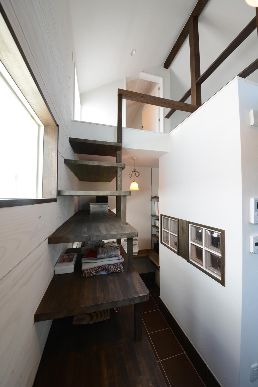 棚と階段を兼ねています。
