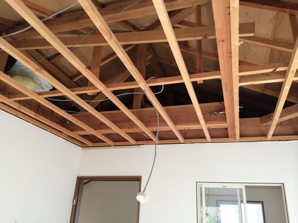 解体時の写真。天井裏に最大約1mの高さの空間がありました。