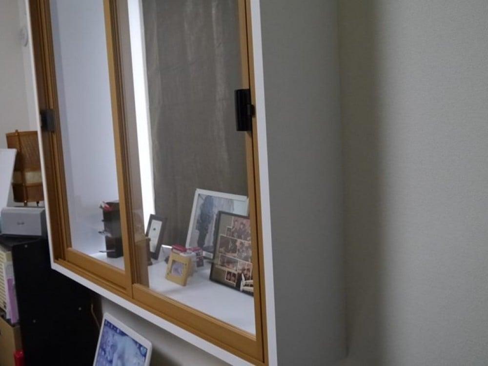 30cm近くある出窓カウンター。思い出の品を並べて。