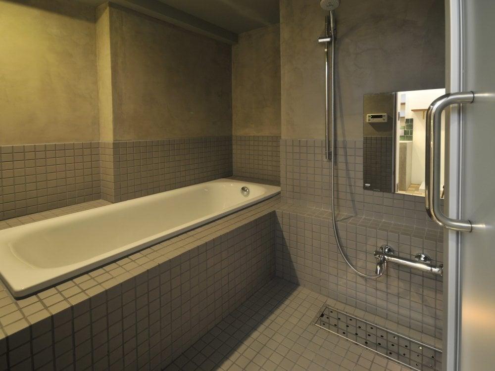 モルタルとタイルの浴室