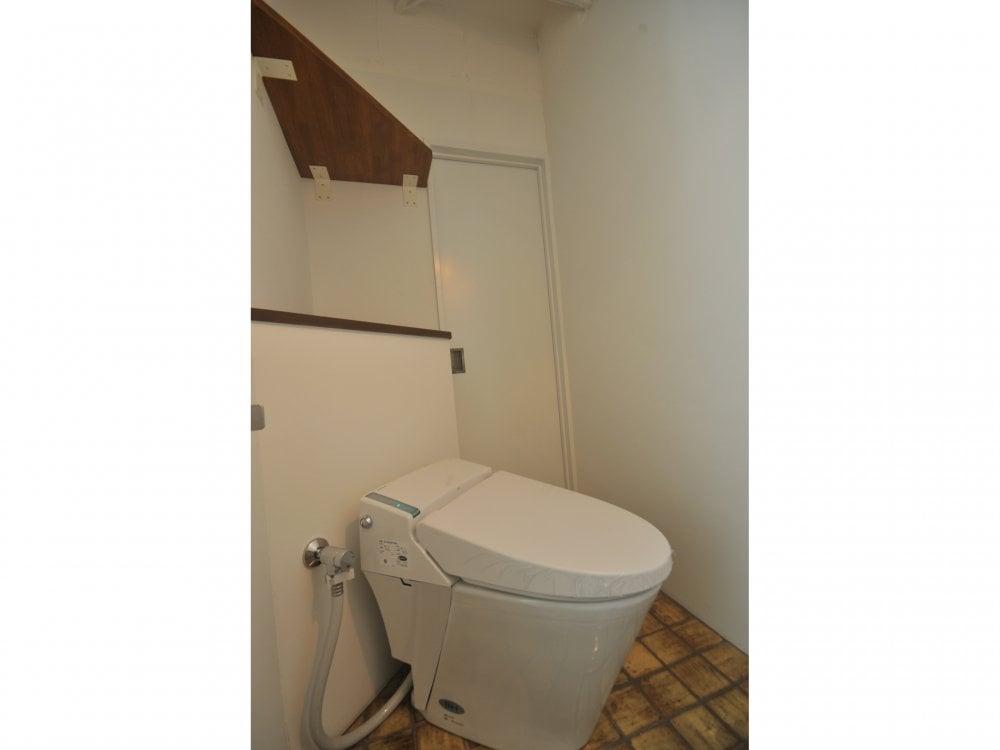 狭い空間をうまく使った斜め置きのトイレ