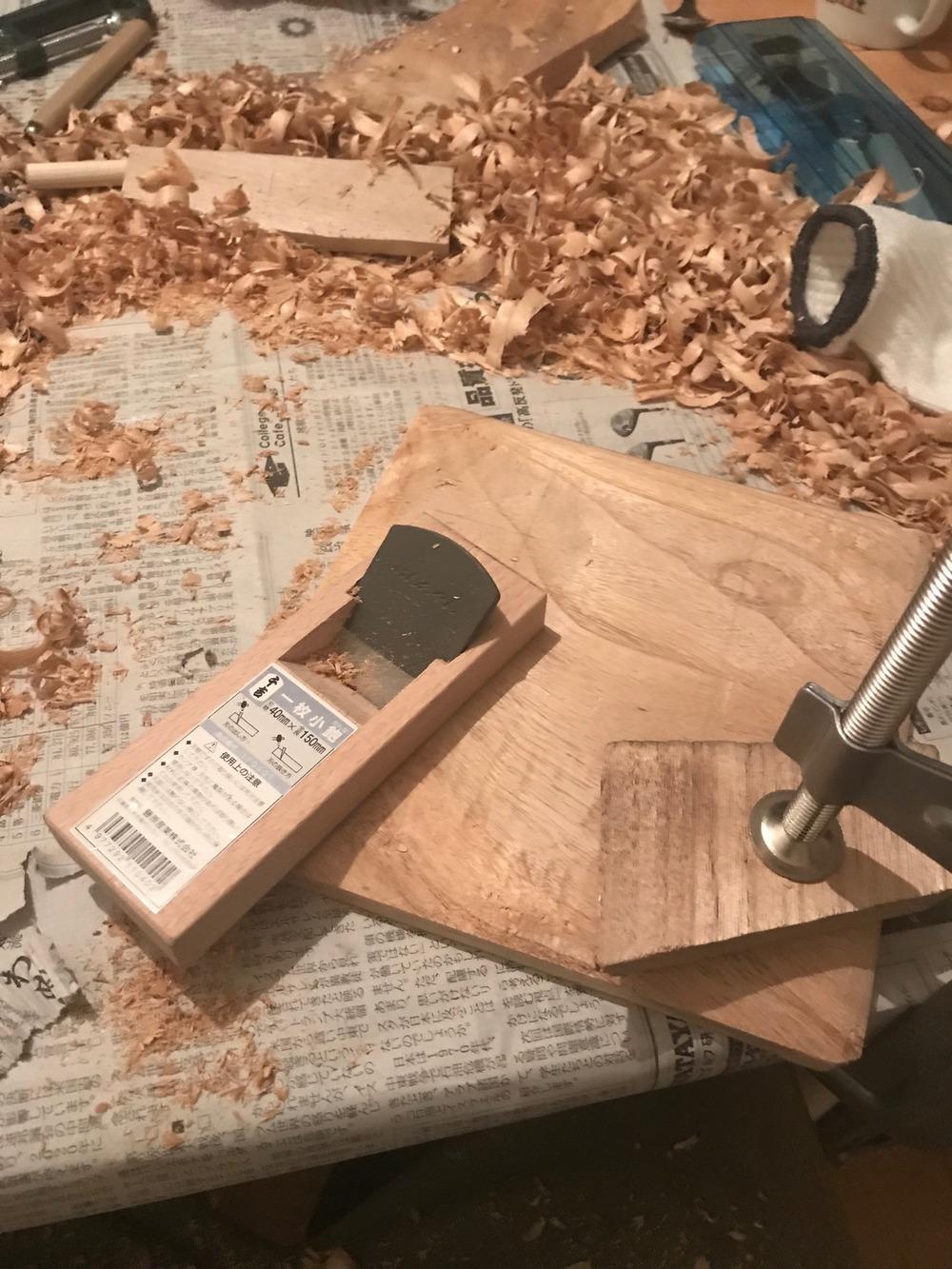 裏面をカンナで斜めに削ります。
