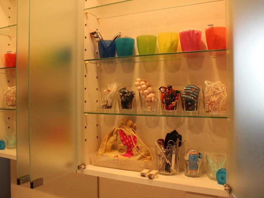 洗面横の棚に、衛生用品、アクセサリー、化粧品を収めています