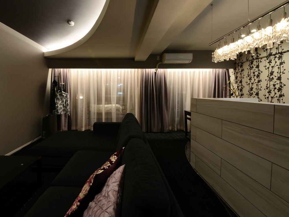 天蓋付きベッド風の豪華な寝室。