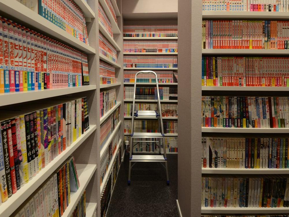 一番上は脚立を使って。まるで本屋です。