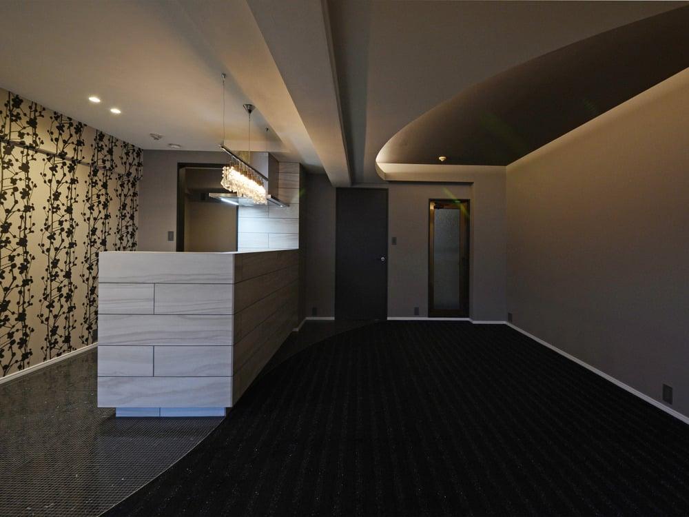間接照明が当たる天井部分には黒に近い色のクロスを。