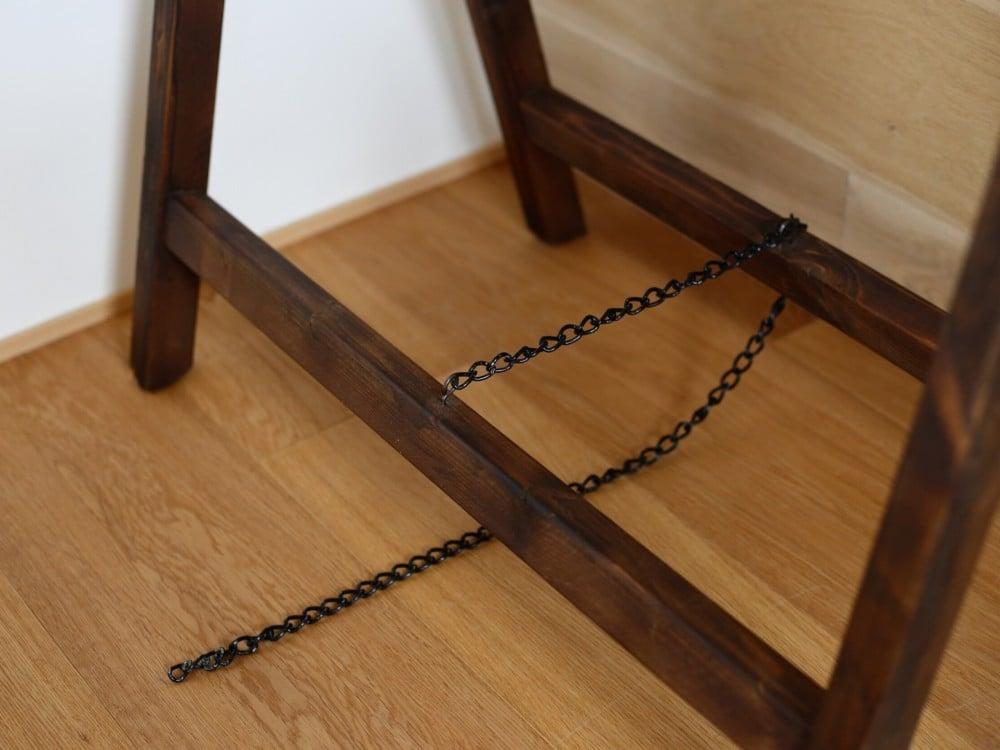 木製ハンガーラック下部のチェーン