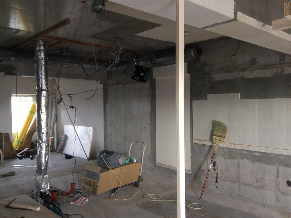 中央のコンクリートの壁付近が元浴室でした。