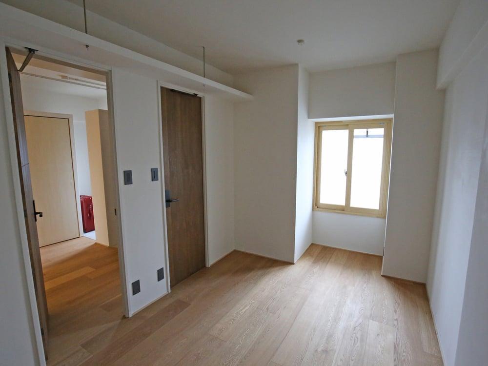 扉を2箇所設置した洋室。