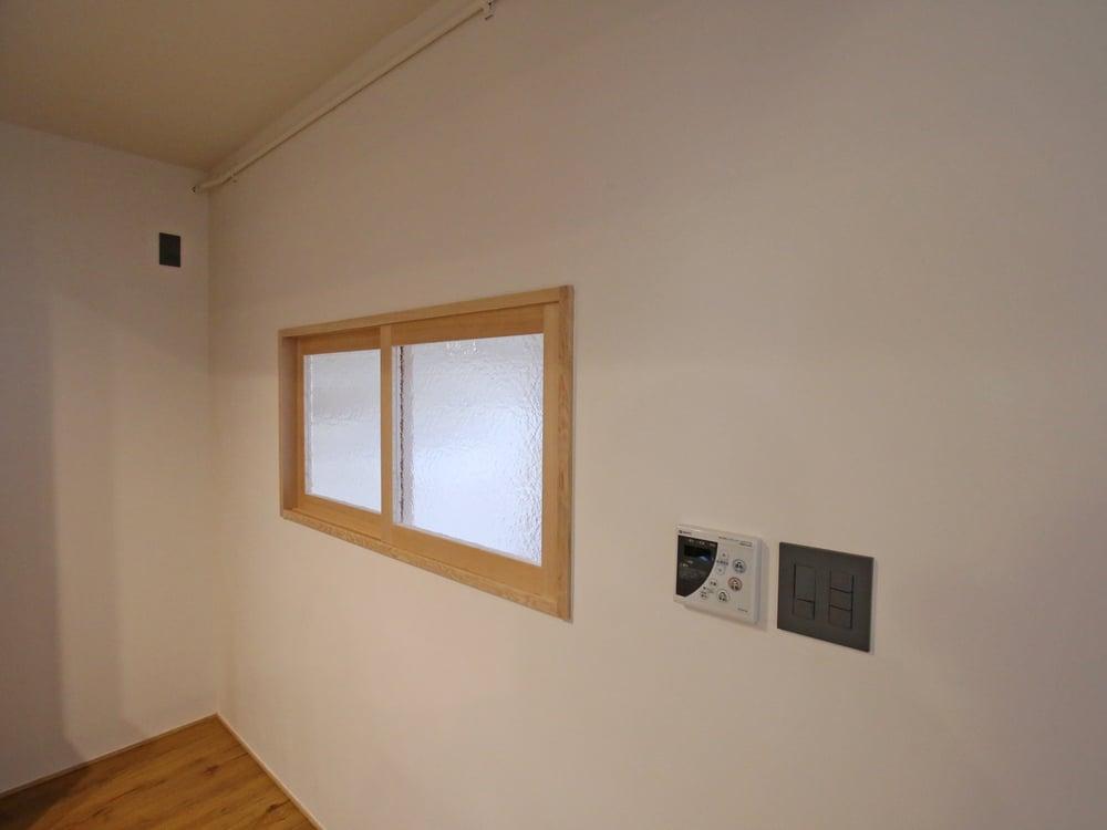 こちらは洋室との間に設けられた窓