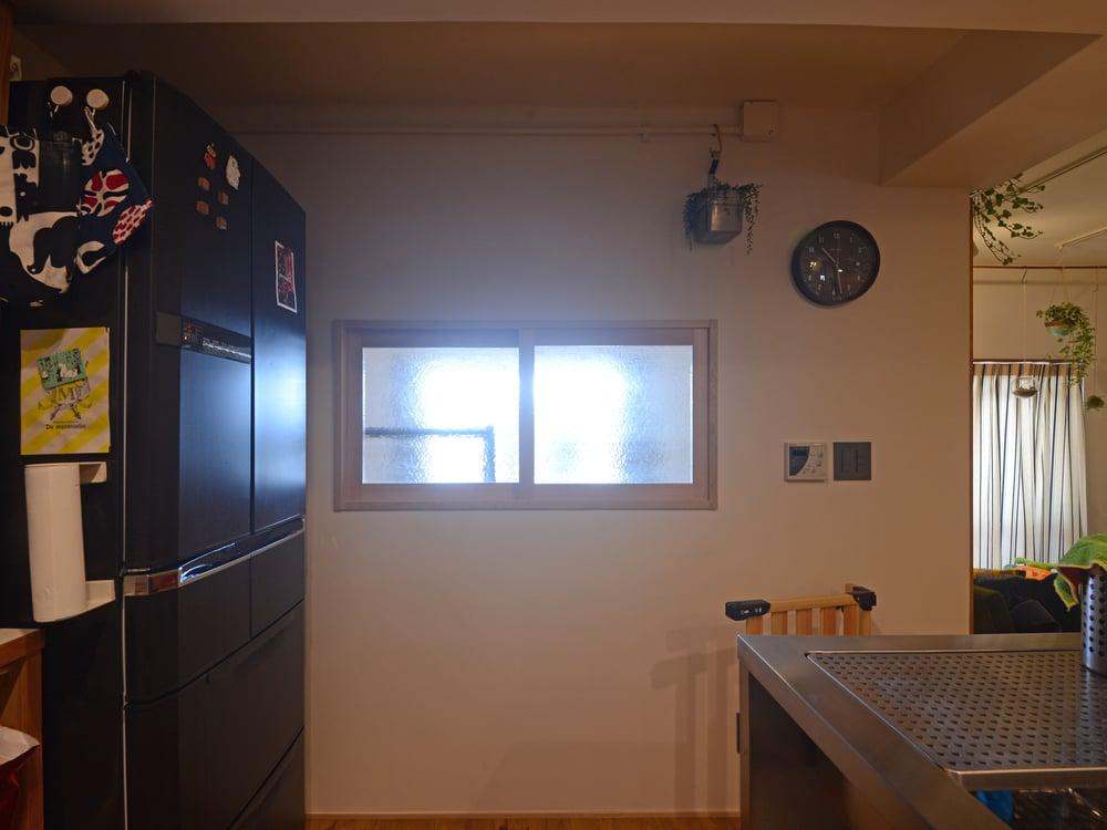 洋室からキッチンに差し込む光。