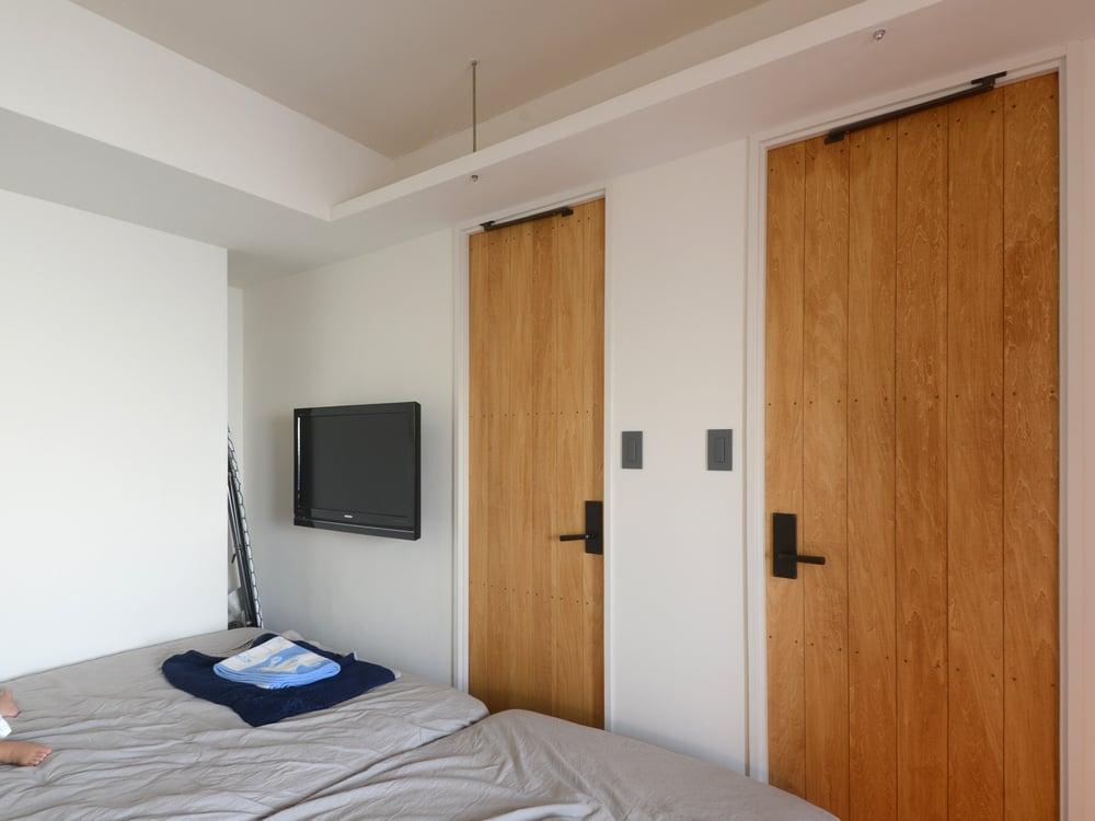 ドアの上には棚がありますが、まだ物が置かれていません。