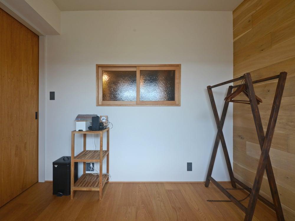 右側の壁面には無垢材(ヨーロピアンオーク)を貼り付けています