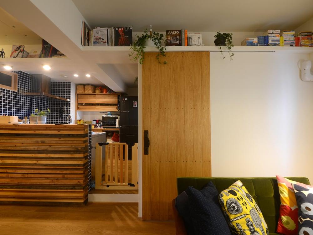 リビングに隣接した洋室。正面の扉が洋室の扉。