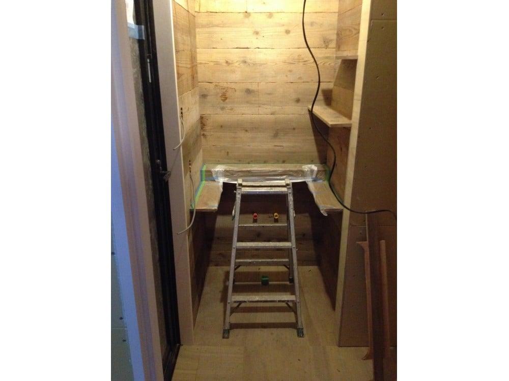 足場板で洗面台を造作