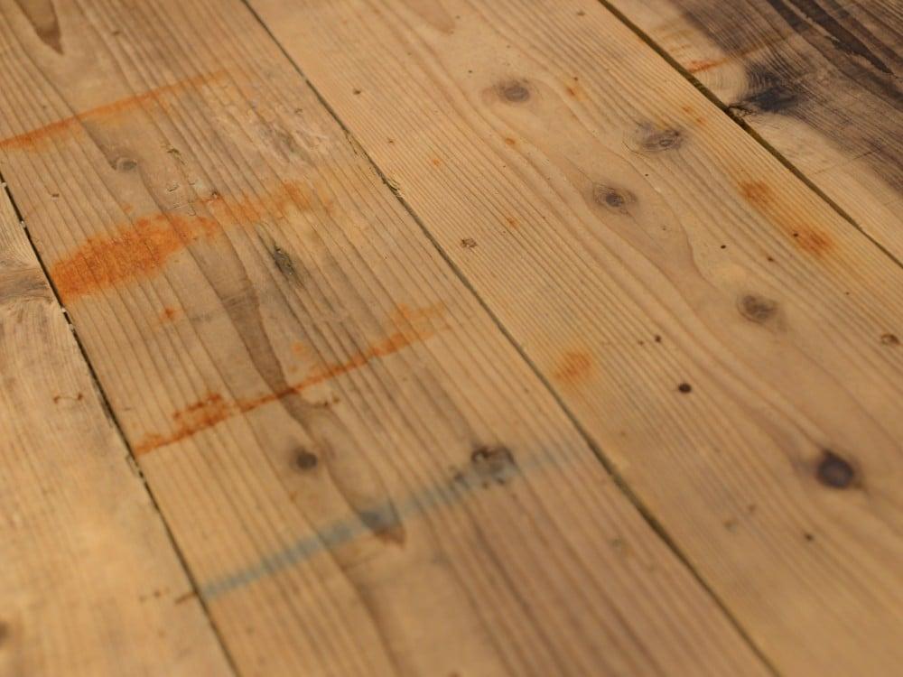 サビ跡が残る足場板