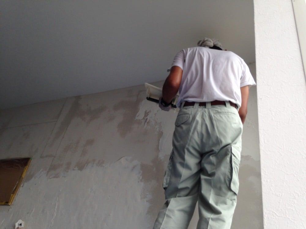 漆喰塗り作業中
